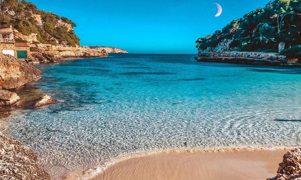 Perfekt für den Sundowner am Strand: Die Bucht Cala Lombards.