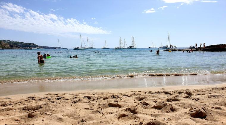 Cala Tarida mit Segelschiffen