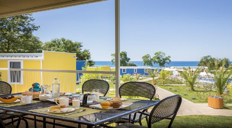 Aminess Maravea Camping Frühstück auf der Terrasse