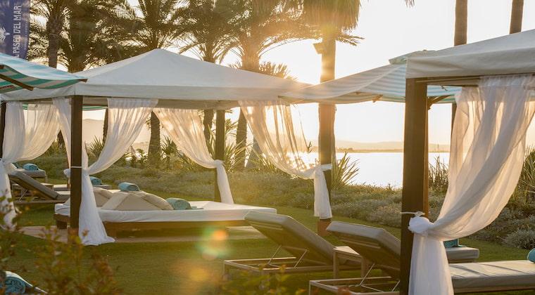 Sunbeds im Beach Club im Hotel Kempinski Hotel Bahia Marbella-Estepona