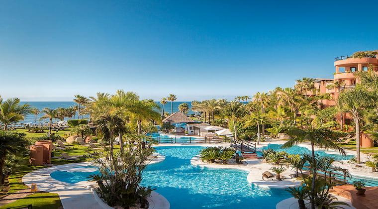 Großer Poolbereich im Beach Club im Hotel Kempinski Hotel Bahia Marbella-Estepona