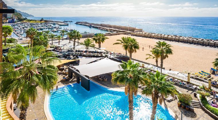 Blick auf Pool und Meer im Calheta Beach Madeira