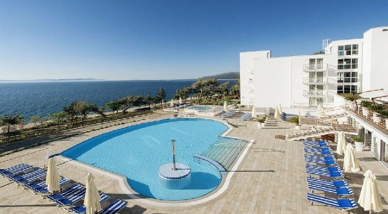 Valamar Sanfior Hotel Pool mit Blick aufs Meer