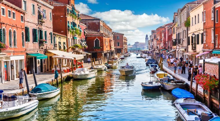 Venedig mit Blick auf Kanal und Boote