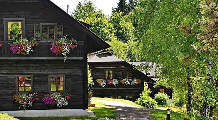 Die Einzelhäuser des Naturel Hoteldorf Schönleitn