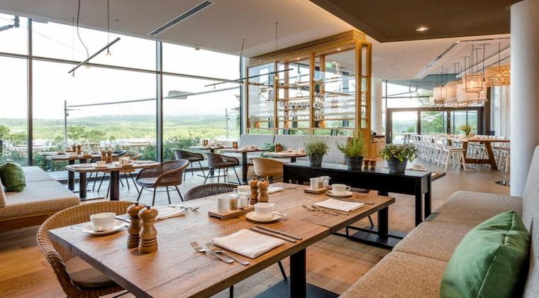 Seezeitlodge Restaurant mit Blick auf den Bostalsee