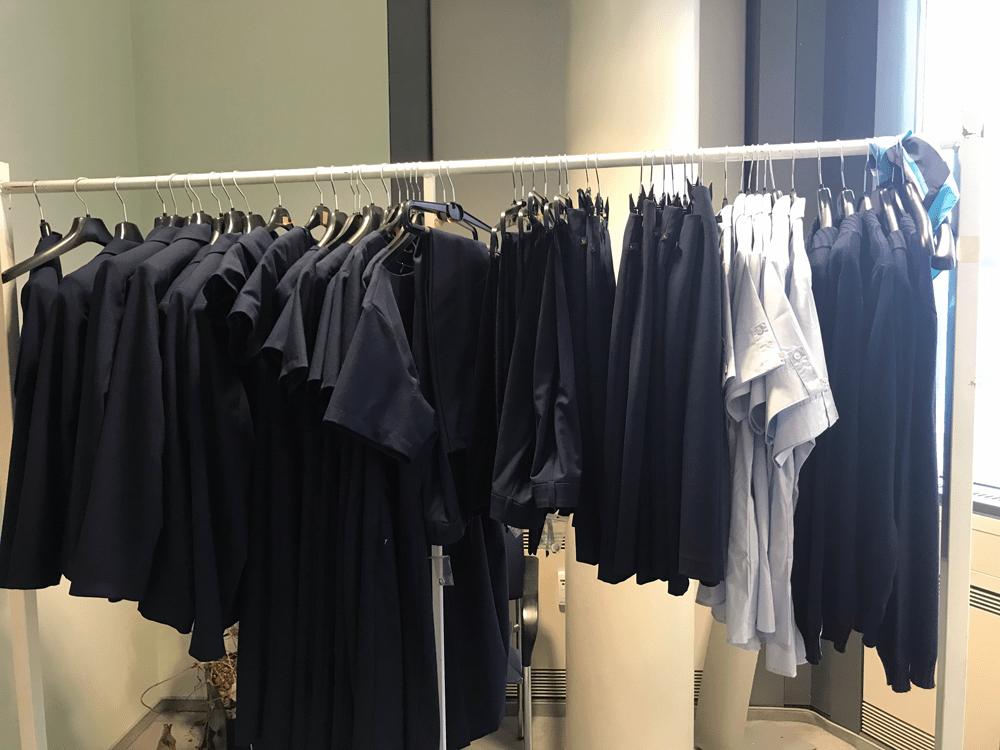 Die Uniform ist dunkelblau und hat sich gut angefühlt, auch wenn der erste Blick in den Spiegel sehr ungewohnt war