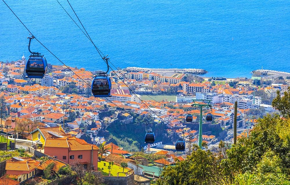 Gondelfahrt über den Dächern von Funchal. Perfekter Ausflug auf Madeira für die ganze Familien
