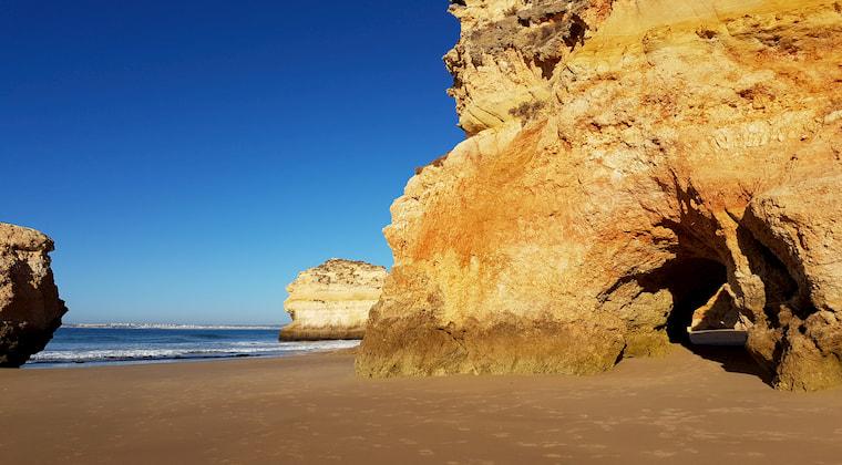 Höhlen, Felsen und Strand bei Ebbe
