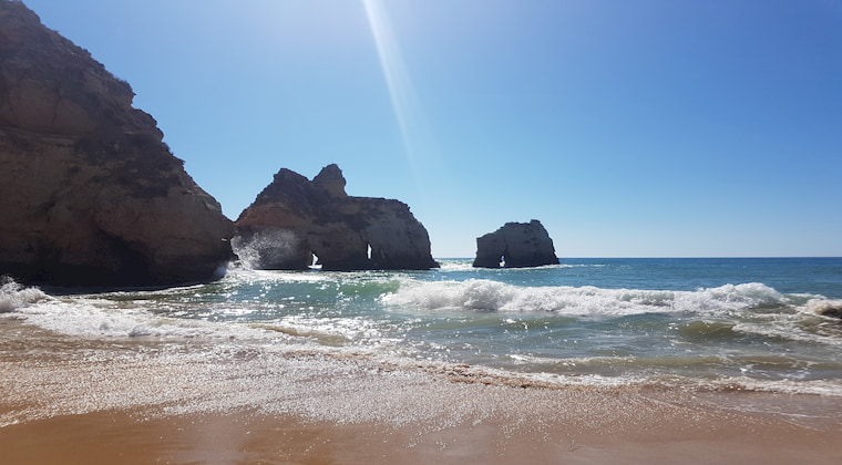 Felsen und Meer am Praia tres Irmaos