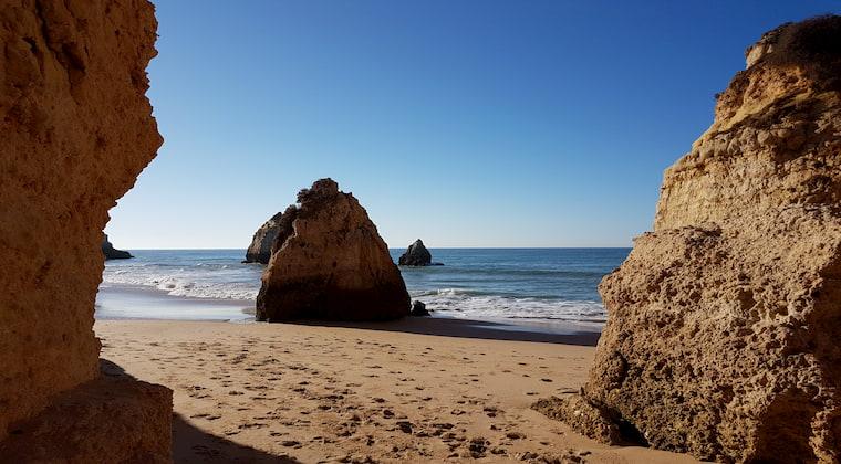 Ebbe und Felsen am Praia tres Irmaos