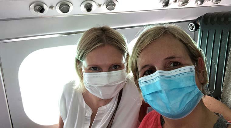 Im Wasserflugzeug mit Maske