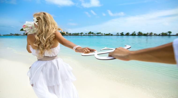 Junges Paar am Strand Malediven