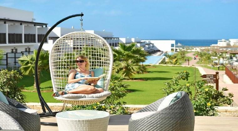 TUI BLUE Cabo Verde Frau im Sessel