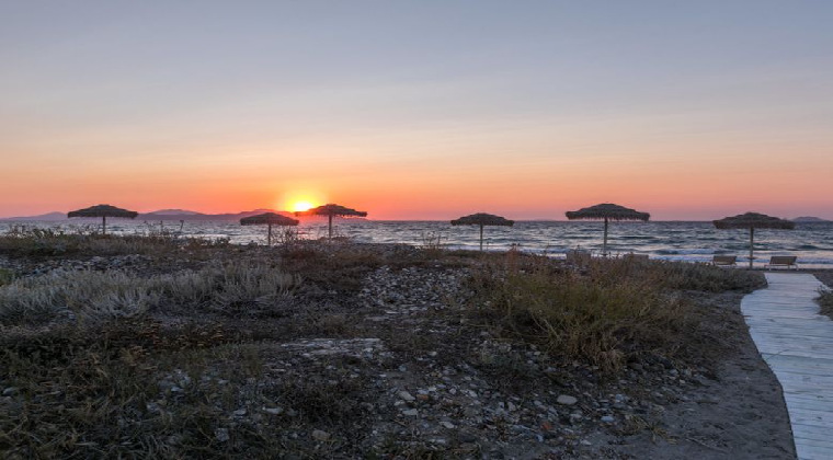 Strand bei Sonnenuntergang Hotel White Pearls adults only