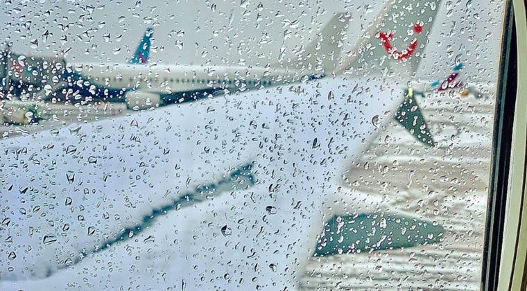 Flugzeugenteisung Schnee TUI fly