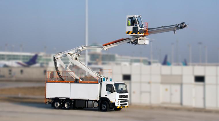 Flugzeugenteisung LKW