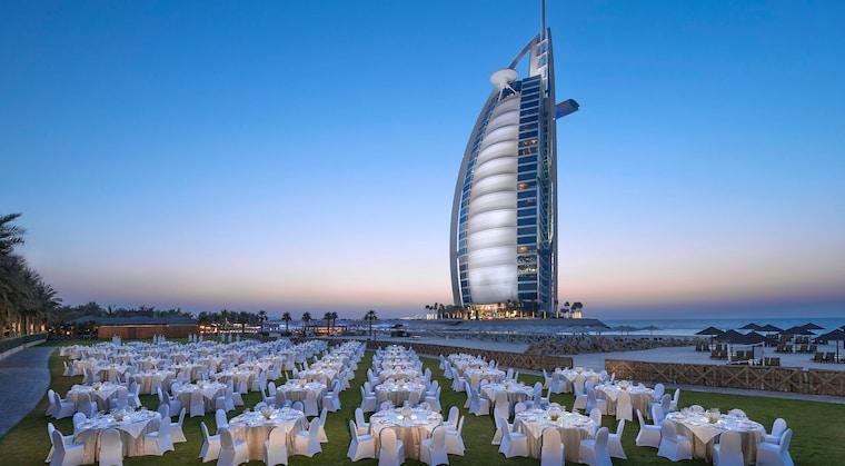Jumeirah Beach Hotel mit Blick auf Burj al Arab