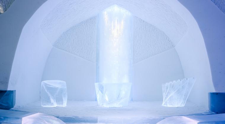Eiskirche im Icehotel in Schweden
