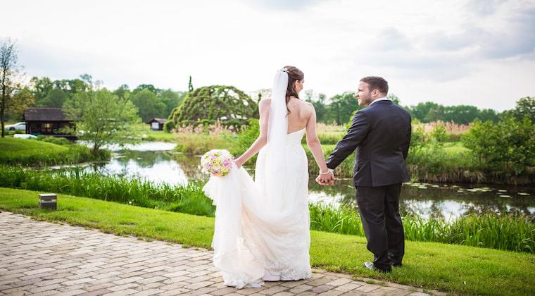 Brautpaar nach der Trauung im Weidendom in Schlepzig