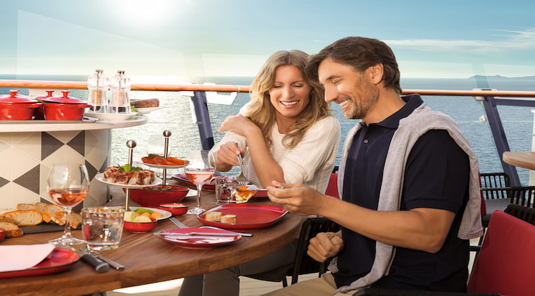 Paar beim Dinner auf Mein Schiff von TUI Cruises