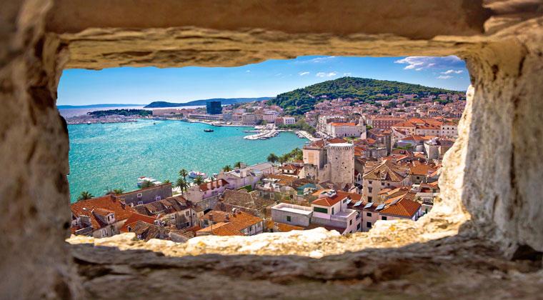 Dalmatien Blick durch Steinfenster auf die Bucht von Split