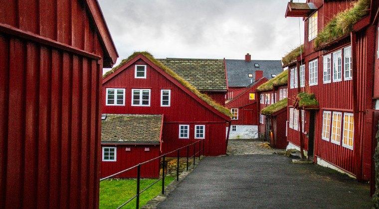 Rote Häuser in Torshavn Färöer Inseln
