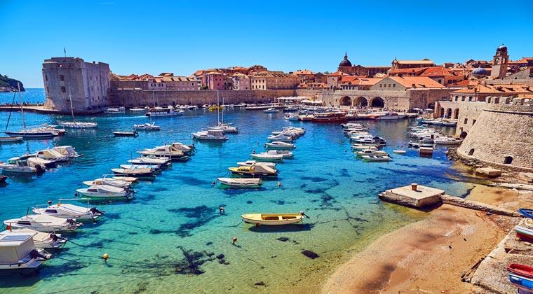 Kroatien Städte Boote im Hafen von Dubrovnik