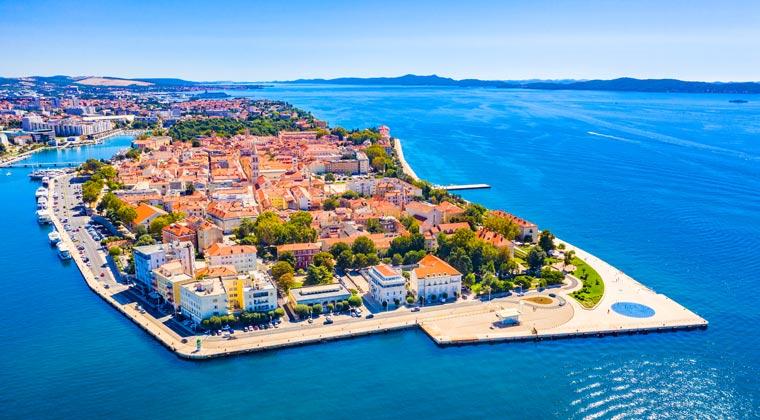 Kroatien Städte Blick auf die Habinsel Zadar umgeben von blau schimmerden Meer