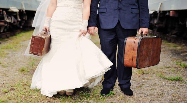 Paar gepackte Koffer Flitterwochen
