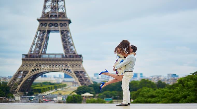 Paar am Eifelturm in Paris