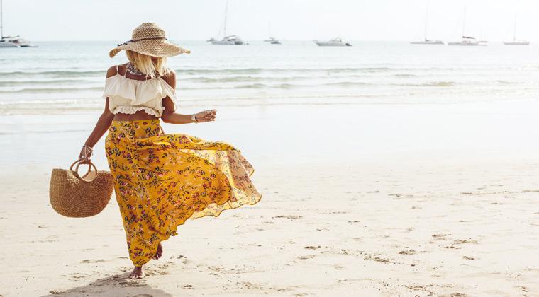 Mädchen am Meer im Boho Style