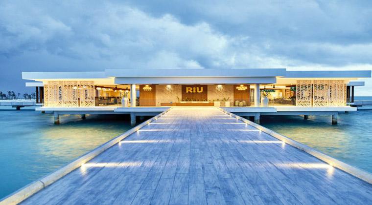 Malediven Hotel Riu Atoll Steg umgeben von Wasser