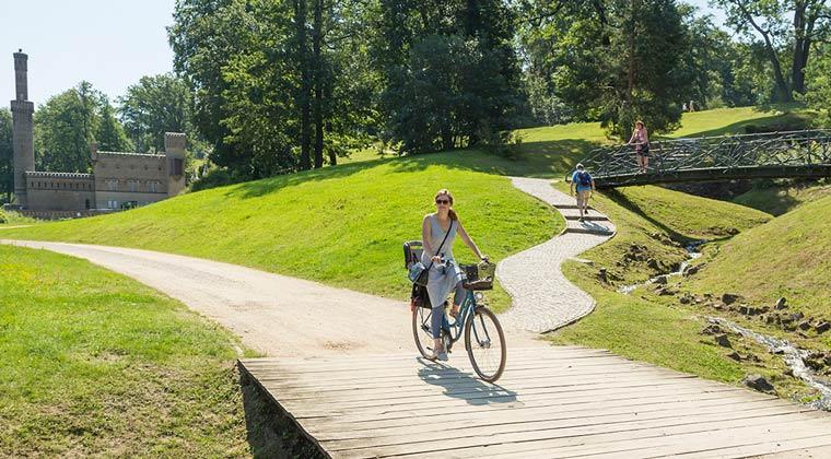Fahrradfahren im Park Babelsberg in Potsdam