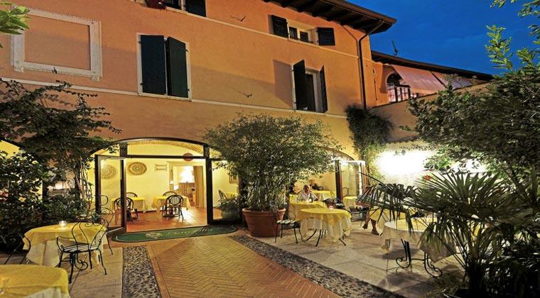 Boutique Hotel Italien Gardasee Hotel San Filis Terrasse am Abend