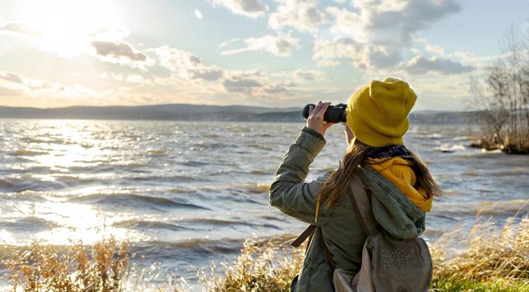 Frau bei Vogelbeobachtung