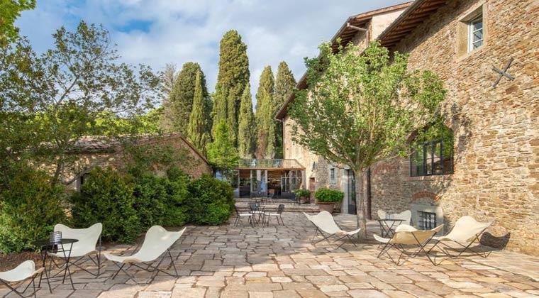 Italien Toskana Badia di PomaioTerrasse mit Tisch und Stühlen