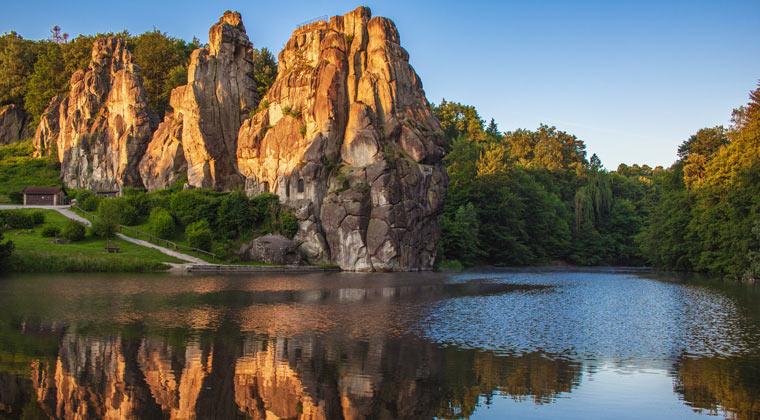 Blick auf Sandsteinfels im Teutoburger Wald