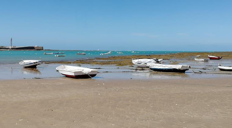 Fischerboote am Strand von Cadiz