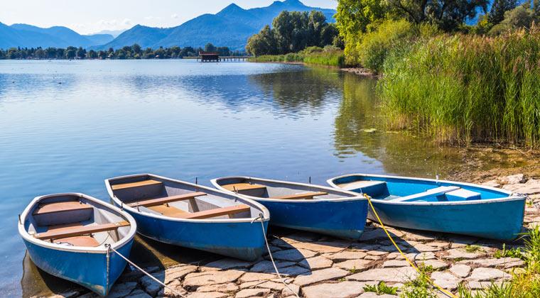 Badeseen Deutschland Boote am Ufer des Chiemsee
