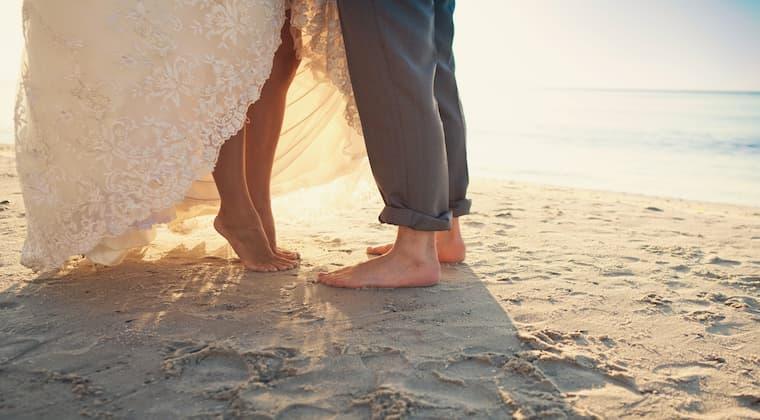 Brautpaar Füße im Sand