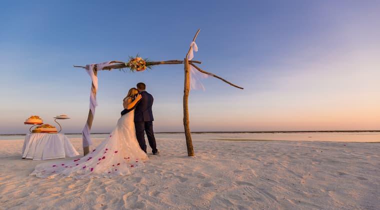 Hochzeitslocation Strand Brautpaar Deko