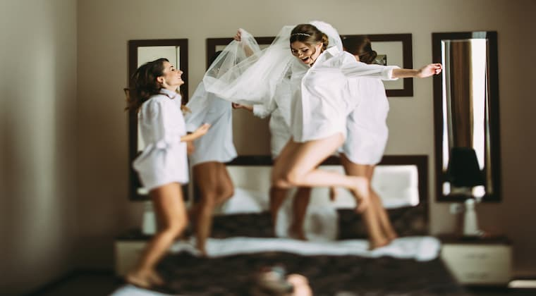 Hochzeitslocation Strand Braut Freunde