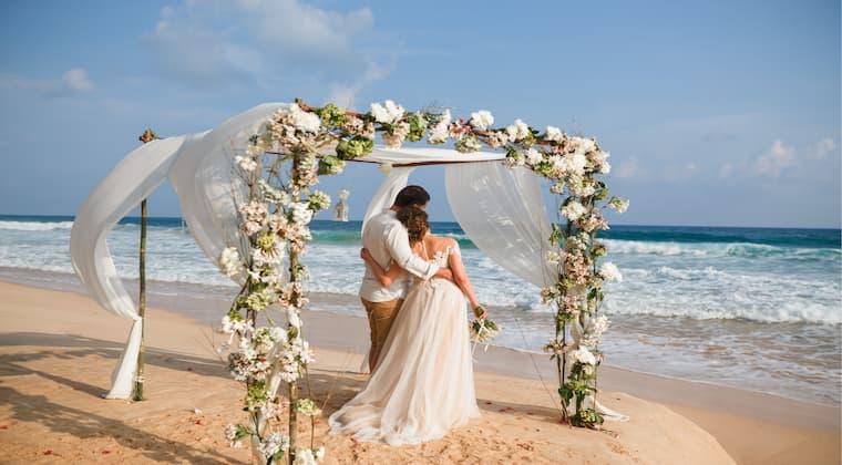 Hochzeitslocation Strand Paar Pavillion