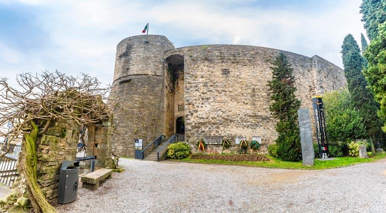Italien der Wachturm Rocca di Bergamo