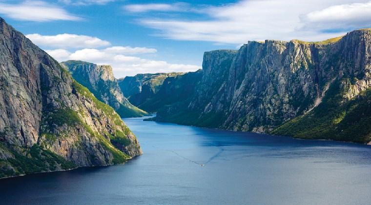 Kanada Gros Morne Fluss und Felsklippen