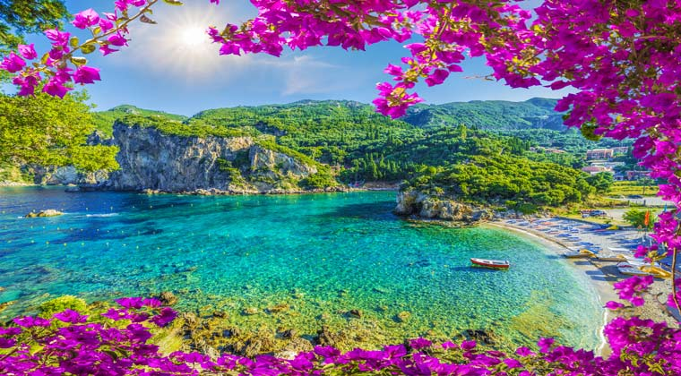 Korfu Strände Sonne mit blauem Himmel und eine wunderschöne Bucht