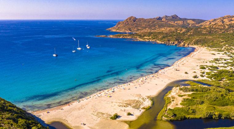 Bucht mit Segelbooten mit Ostriconi Strand