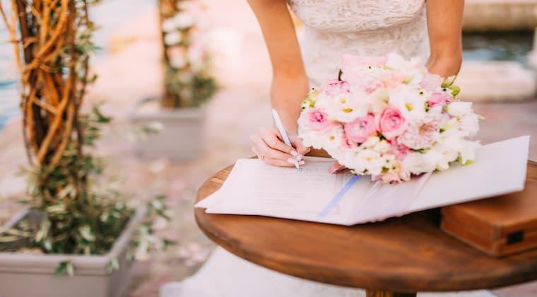 Hochzeitslocation Strand Unterschrift Brautstrauß