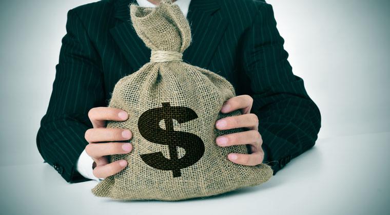 Mann mit einer Scheuergeldtasche in den Händen